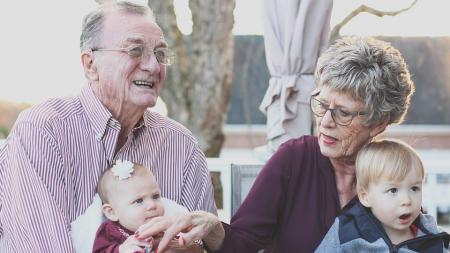 nije-sve-bas-tako-lose-kada-bake-i-deke-razmaze-svoje-unuce